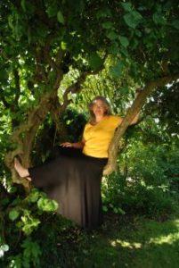 Birgit Jütten auf einem Baum